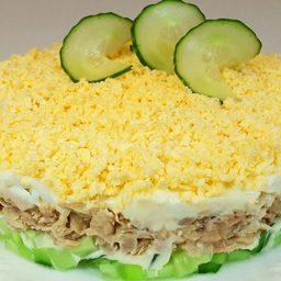 Слоеный салат с консервированной рыбой за 5 минут