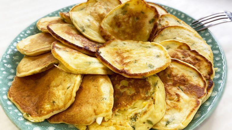 Ленивые пирожки с яйцом и зеленым луком или оладьи с яйцом и луком