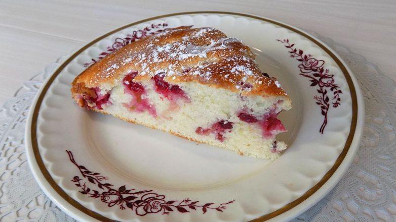 Пирог из теста на кефире с ягодами