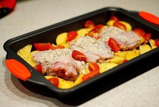Курица маринованная в кефире, запеченная с картофелем с травами и чесноком