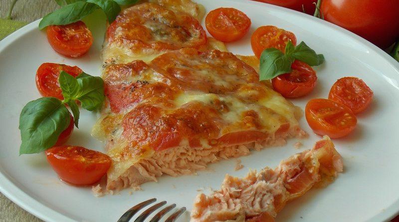 """Способ приготовления: 1. Обжарить лук, морковь и нижнюю часть зелени, добавить томаты, чеснок, посолить. Потушить 2-3 минуты. 2. Уложить куски рыбы и """"укрыть"""" их подливкой. 3. Тушить под крышкой 10-15 минут. Перед подачей посыпать остатками зелени. Приятного аппетита!"""