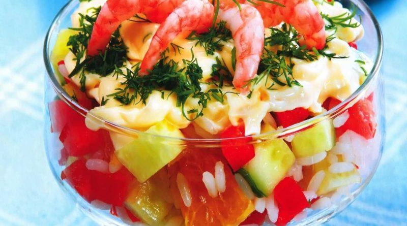 Салат с креветками и сырным соусом