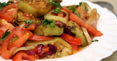 Простой и вкусный салат из баклажанов.