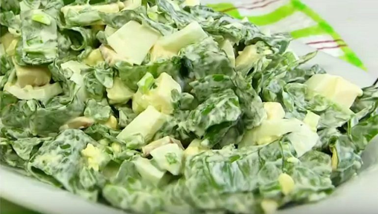 Легкий летний салатик со щавелем и зеленью
