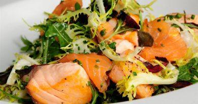 Теплый салат с лососем