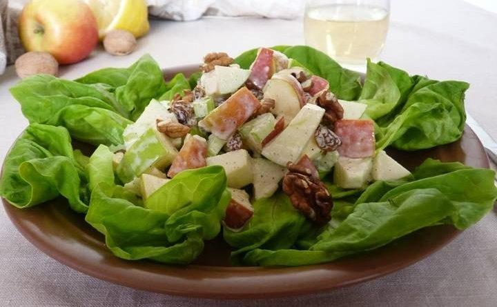 Салат с яблоком и орехами.