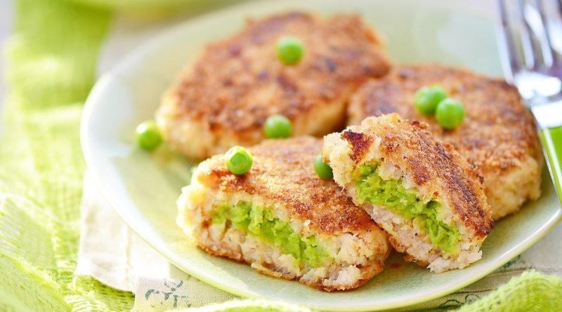 Рыбные котлеты с зеленым горошком