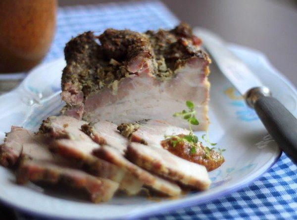 Запеченная свинина с чесноком и майораном