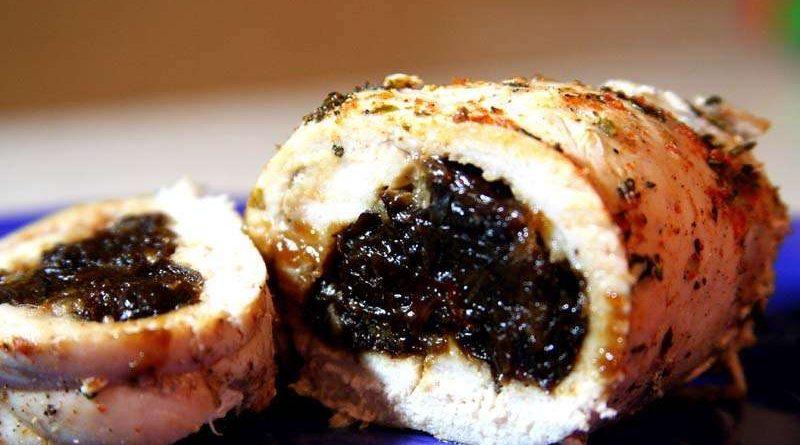 Рулет из куриного филе с черносливом в духовке