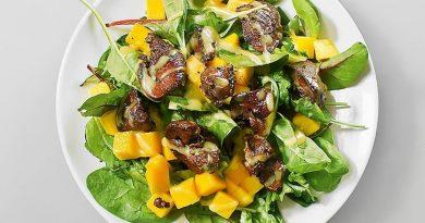 Салат с куриной печенью, медом и манго