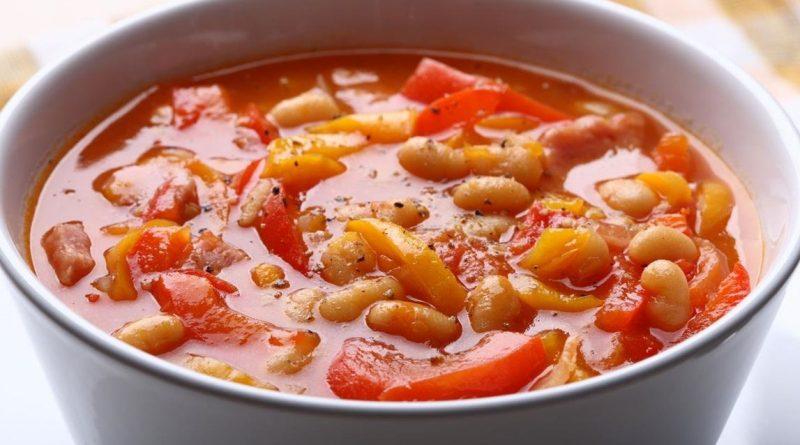 Фасолевый суп с помидором и чесноком