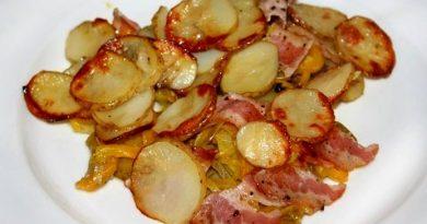 Запечённый картофель с беконом и овощами