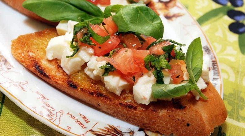 Брускетта - итальянские горячие бутерброды с помидорами и сыром