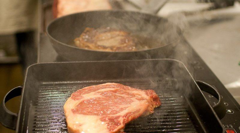 Как приготовить сочный стейк на сковороде