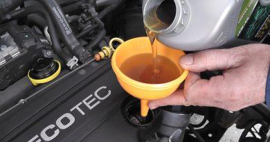 Как в автомобиле меняется масло