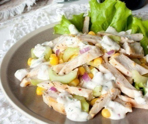 Легкий летний салат с курицей и кукурузой