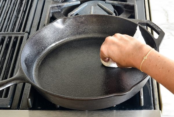 Как очистить чугунную, алюминиевую, антипригарную сковороду от нагара внутри и снаружи