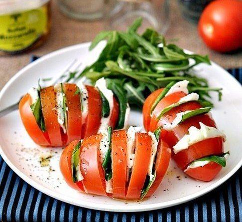 """Необычный салат """"Капрезе"""" в помидоре"""