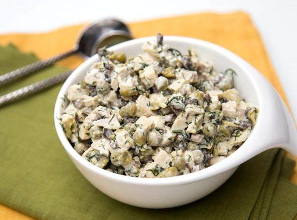 Куриный салат с грибами и зеленым горошком