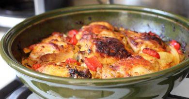 Запеченные куриные бедра с куркумой и овощами