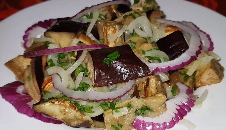 Закуска из баклажанов с салатом из лука и зелени