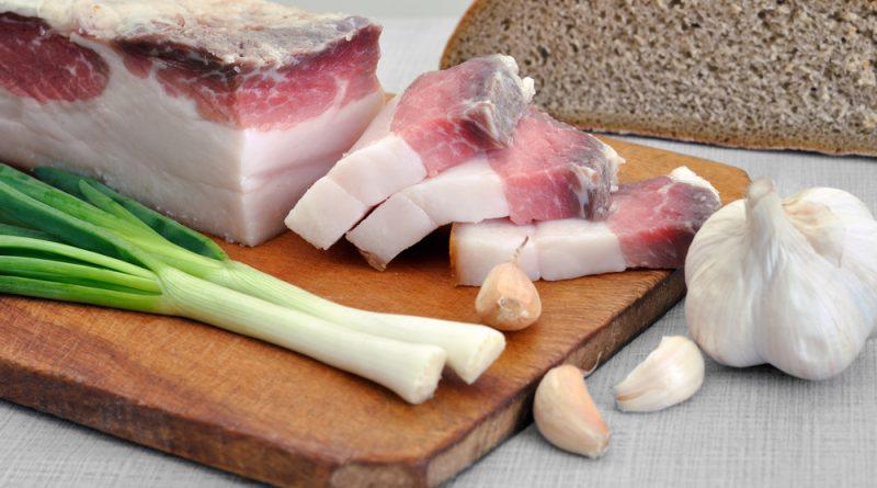Как солить сало с чесноком