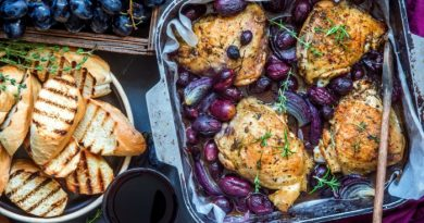 Запеченные куриные бедра с виноградом
