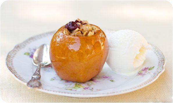 Яблоки, фаршированные сухофруктами, в меду с мороженным