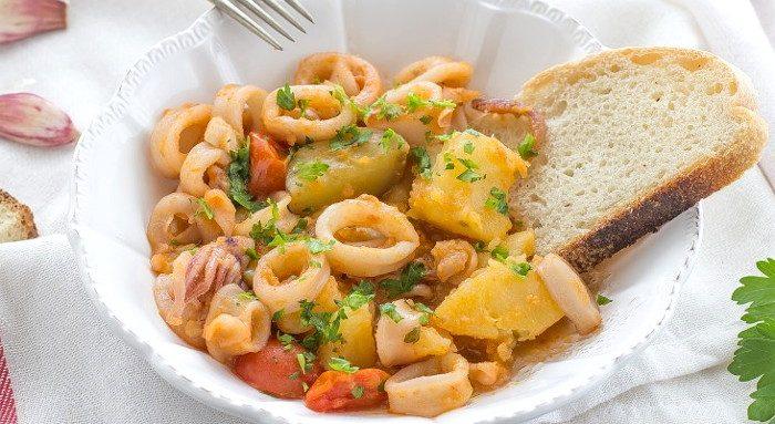 Тушеная картошка с кальмарами и помидорами