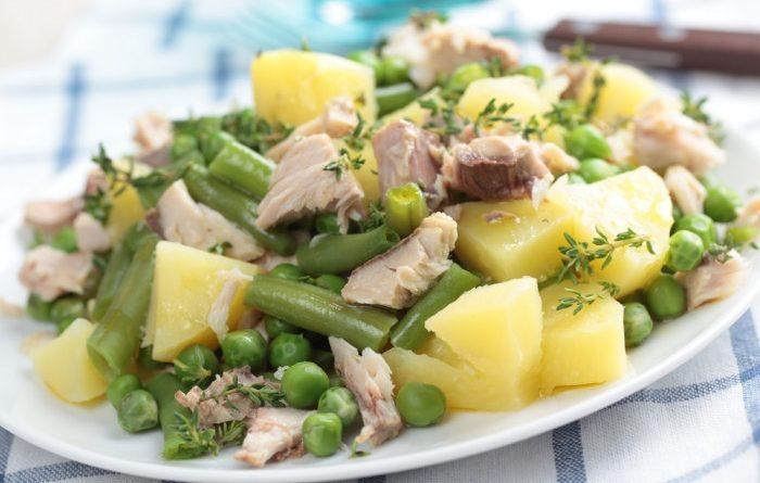 Теплый салат с тунцом и спаржевой фасолью