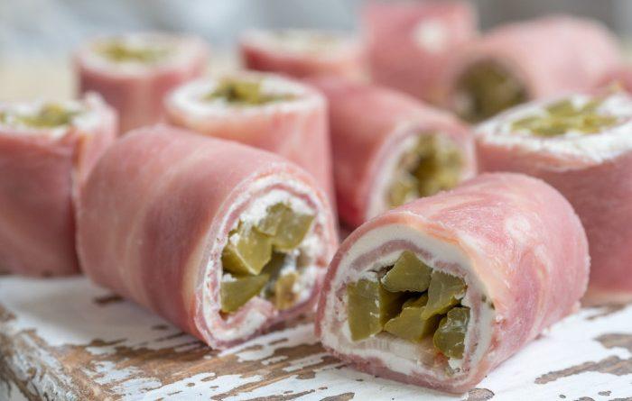Рулетики из ветчины с крем сыром и солеными огурцами