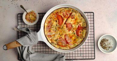 Омлет с помидорами, луком и сыром