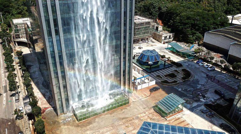 Китайский небоскреб со 100-метровым водопадом