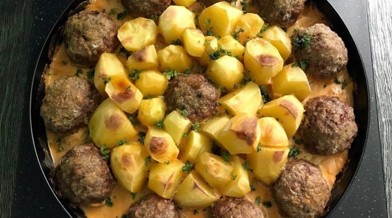 Котлеты с картошкой,запеченные в соусе