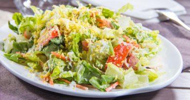 Салат из пекинской капусты с помидором и яйцом