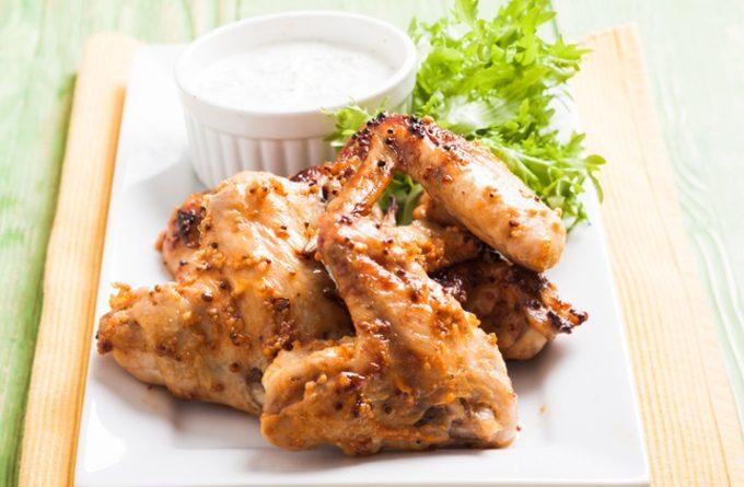 Самый простой способ запечь куриные крылышки: медовый маринад