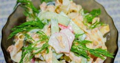 Салат с крабовыми палочками и жареными яйцами