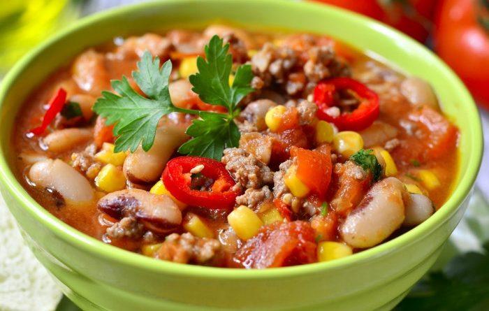 Тушеная фасоль с фаршем, кукурузой и томатами
