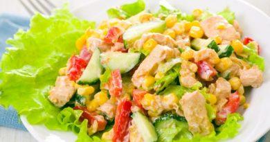 Салат с курицей, кукурузой и йогуртом