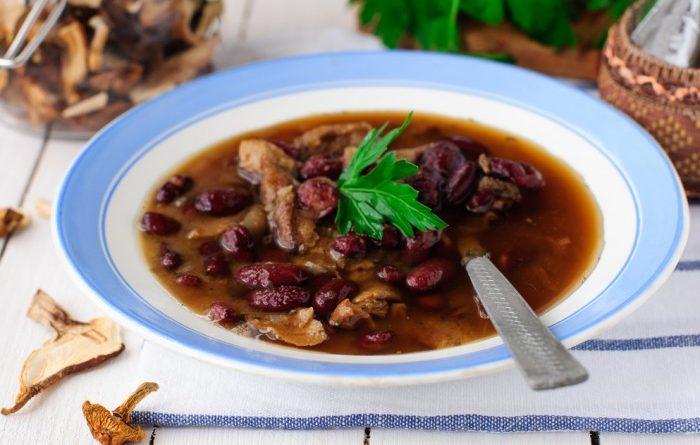 Суп с сушеными грибами и красной фасолью