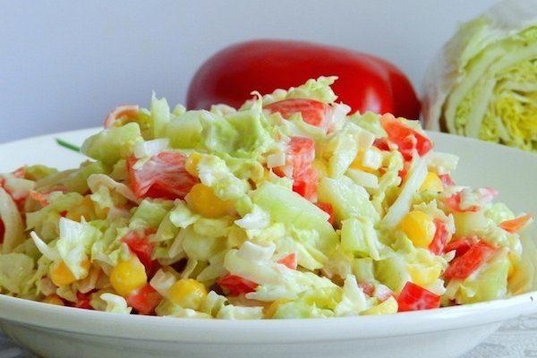 Салат из пекинской капусты, курицы, кукурузы и перца