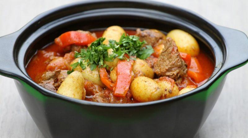 Гуляш из говядины с болгарским перцем и картофелем