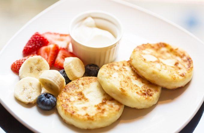 Рецепт вкусных сырников с бананом и курагой