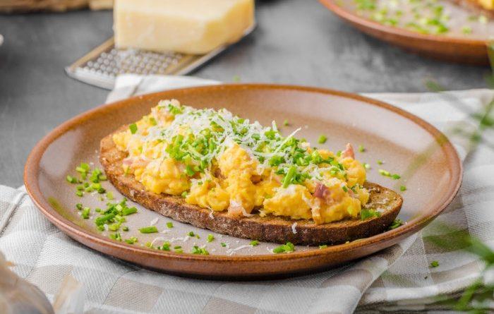 Бутерброды с омлетом и беконом