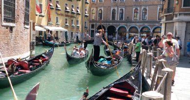 Мечтающие о романтике французские туристы угнали гондолу в Венеции