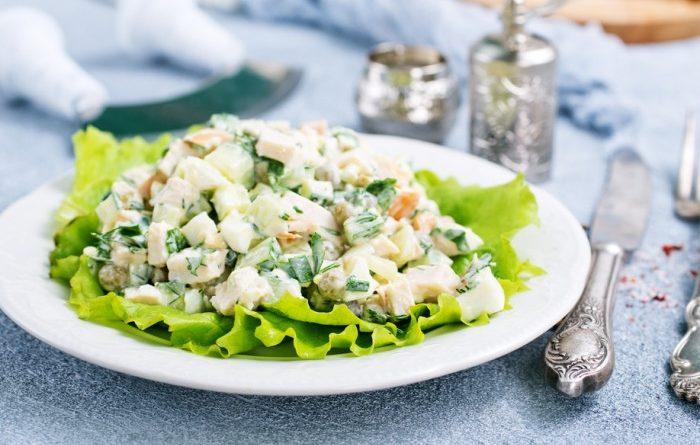 Салат с кальмарами зеленым луком