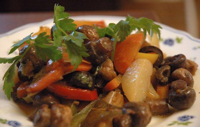 Тушеное мясо с грибами и овощами