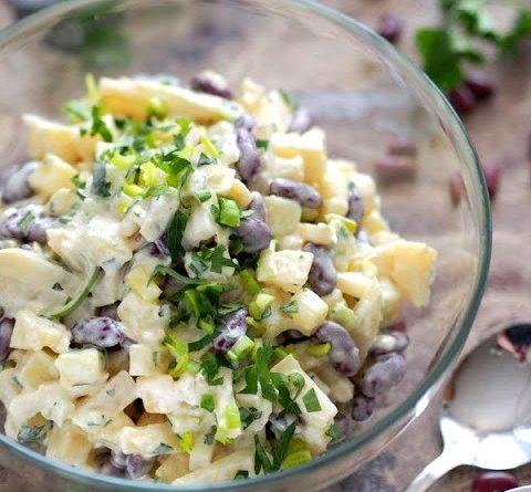 Салат с красной фасолью, ананасами и сыром