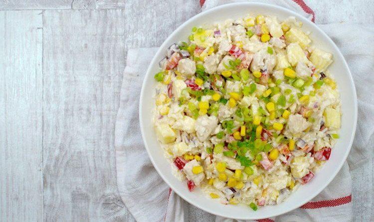 Куриный салат с ананасом, рисом и кукурузой