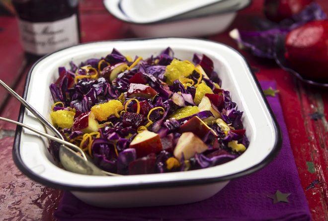 Салат из красной капусты с изюмом, грушами и корицей